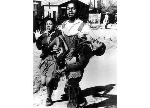 銃撃されたヘクター・ピーターソンを運ぶ少年の写真 Hector Pieterson being carried by Mbuyisa Makhubo. His sister, Antoinette Sithole, runs beside them. Author: Sam Nzima