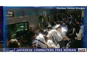 CNN「電車とホームに挟まれた女性、乗客が力合わせ救出 JR南浦和駅」の画像