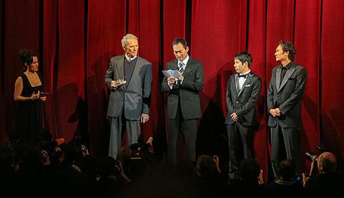 ベルリン国際映画祭の舞台上の写真。クリント・イーストウッド、渡辺謙、二宮和也、伊原 剛志が写っている